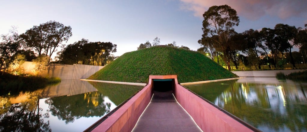 """McGregor Coxall. Artwork von James Turrell """"Within Without"""". Foto: John Gollings"""